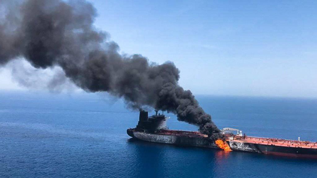 """Der Öltanker """"Front Altair"""" am Donnerstag im Golf von Oman in Brand."""