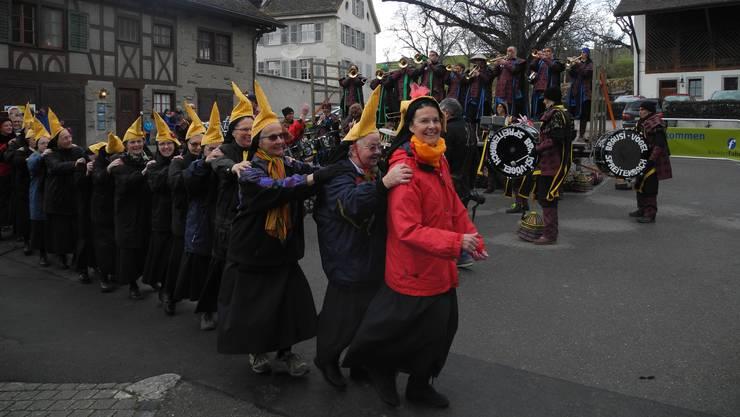 Die Zuhörer freute es: Priorin Irene Gassmann führte heiter die Polonaise an.