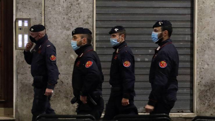 Carabinieri kontrollieren die Sperrstunde in Mailand.