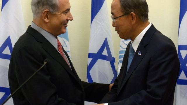 Ban Ki Moon (rechts) schüttelt Benjamin Netanyahu die Hand