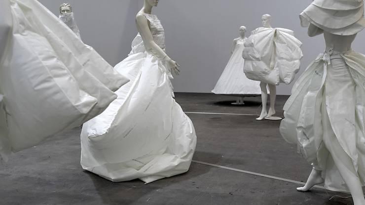 """""""Life Dress"""" (2018) von Alicia Framis, eines der raumfüllenden Werke an der Art Unlimited."""