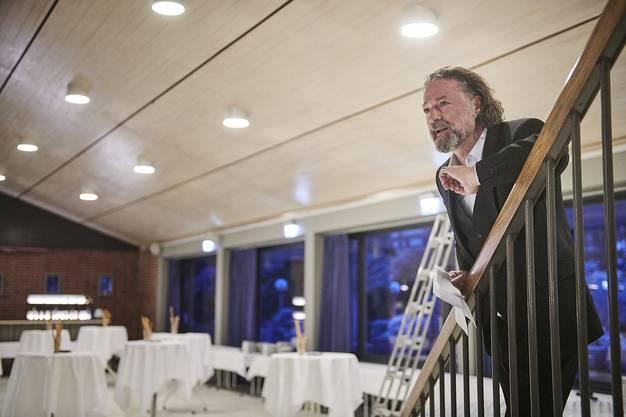 Christoph Rölli, Präsident des Kuratoriums für Kulturförderung, begrüsst Laudatorinnen und Preisträgerinnen.