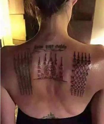 Buddhistische Symbole auf dem Rücken von Angelina Jolie