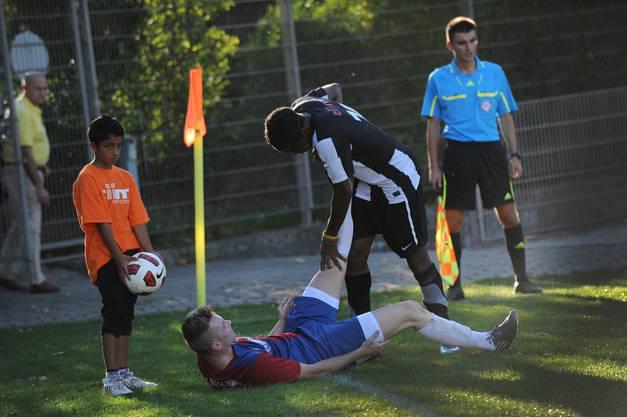 Simon Rudolf von Rohr, FC Allschwil (links), gegen Adolphe Lengue Lengue von Black Stars