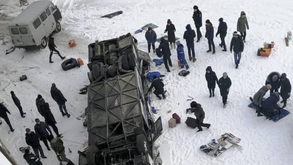 Bus fällt auf zugefrorenen Fluss - mindestens 19 Tote