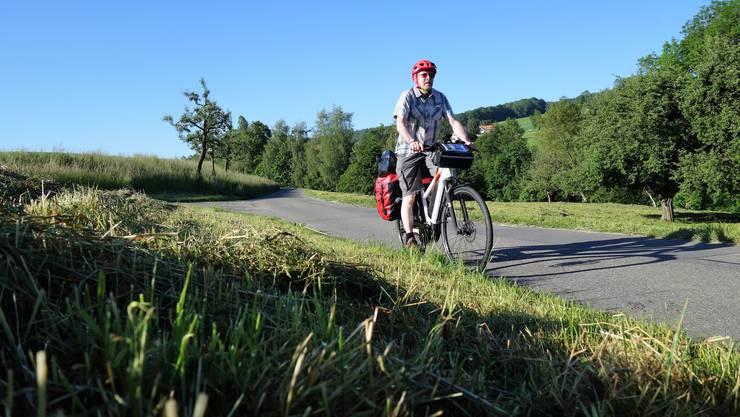 Eddy Schambron startet seine Tour auf seinem E-Bike.