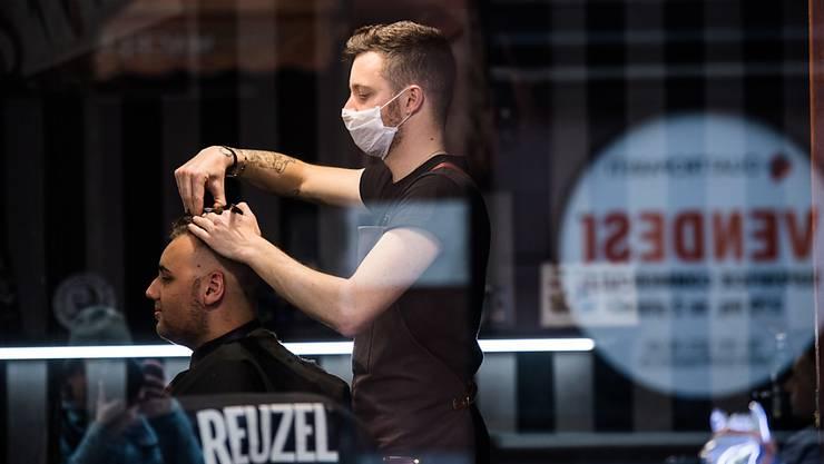 Die Haare der Tessiner werden länger - jedenfalls schneidet sie nicht mehr der Coiffeur.