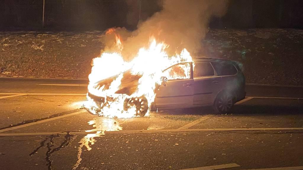 Auto brennt auf Rastplatz – Niemand verletzt
