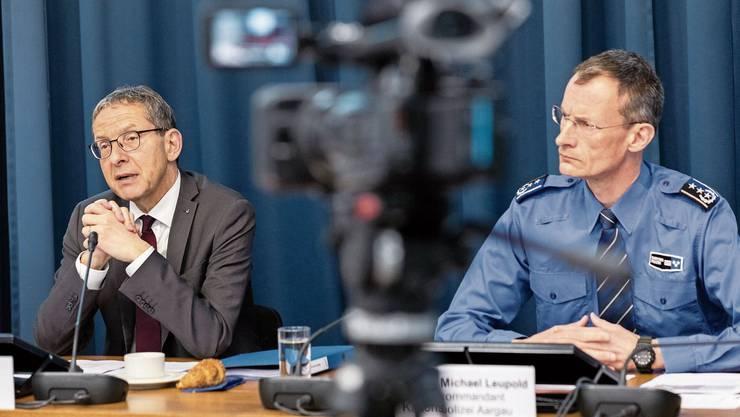 Polizeidirektor Urs Hofmann (links) und Polizeikommandant Michael Leupold erläutern die wichtigsten Änderungen im revidierten Polizeigesetz.