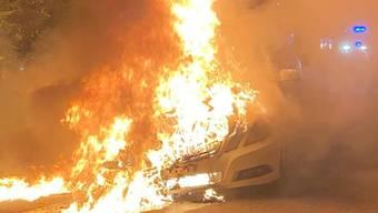 Das Auto brannte komplett nieder.