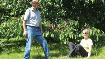 Karl Schib und Regine Leutwyler hoffen, dass die Erntezeit von weiteren Regentagen verschont bleibt.