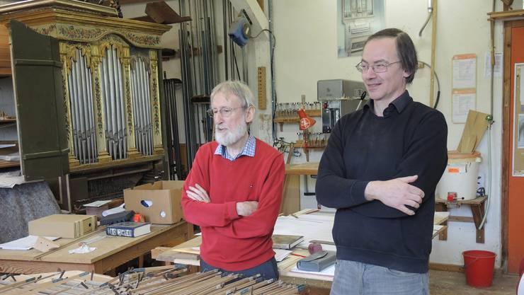 Armin Hauser (links) und Anton Meier sind gerade mit der Restauration der Orgel der Schlosskirche Spiez beschäftigt.
