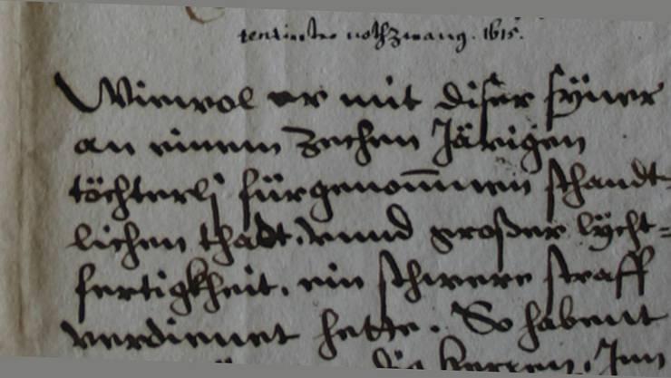 Diese Gerichtsakte (1615) berichtet von einem Mann, der «eine schändliche Tat» an einem zehnjährigen Mädchen verübt hatte und für die «grosse Leichtfertigkeit» eine harte Strafe verdiene.