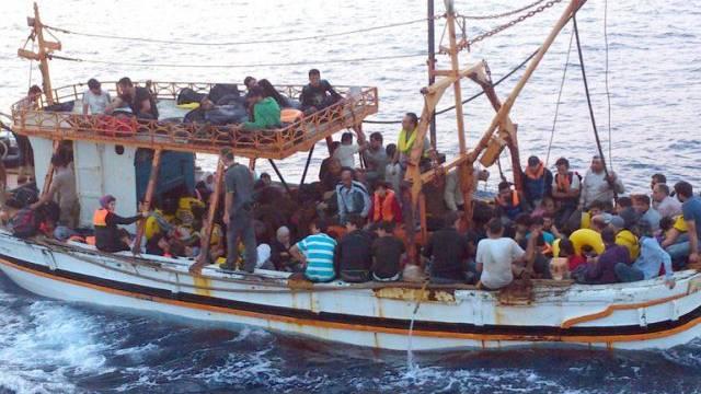 In klapprigem Holzboot: Flüchtlinge vor der italienischen Küste