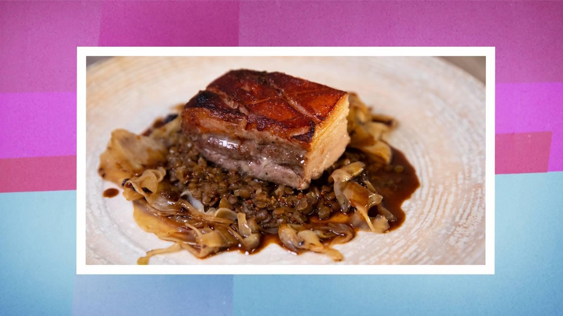 Hauptgang: 30 Stunden gegarter Schweinebauch vom Kräuterschweinli knusprig gebraten mit Ras el Hanout Fenchel mit Vanille-Ahorn-Sirup und würzigen Senflinsen