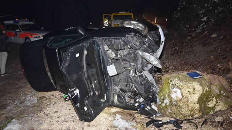 Der Autolenker verlor die Kontrolle über sein Fahrzeug und fuhr in einen Stein.