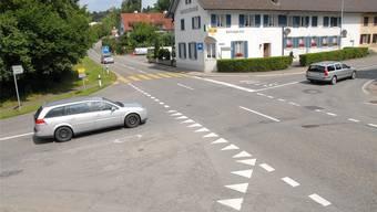 Rolf Leimgruber erklärt, weshalb das Trottoir vom Kreisel bis zur Bachstrasse unterbrochen wird.
