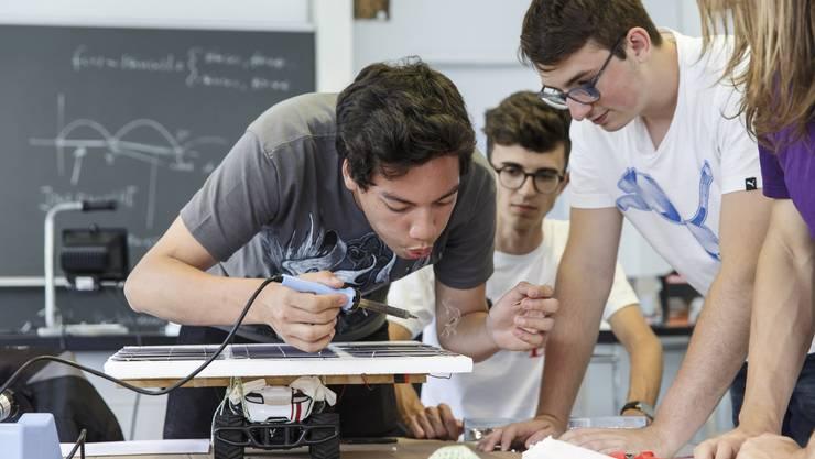 Die Technikwoche 2018 der Kantonsschule Solothurn: Die Schüler löten ein eigenes Photovoltaikmodul zusammen und betreiben damit ein ferngesteuertes Auto.