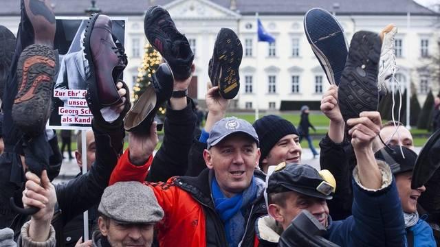 Protestierende vor dem Schloss Bellevue in Berlin