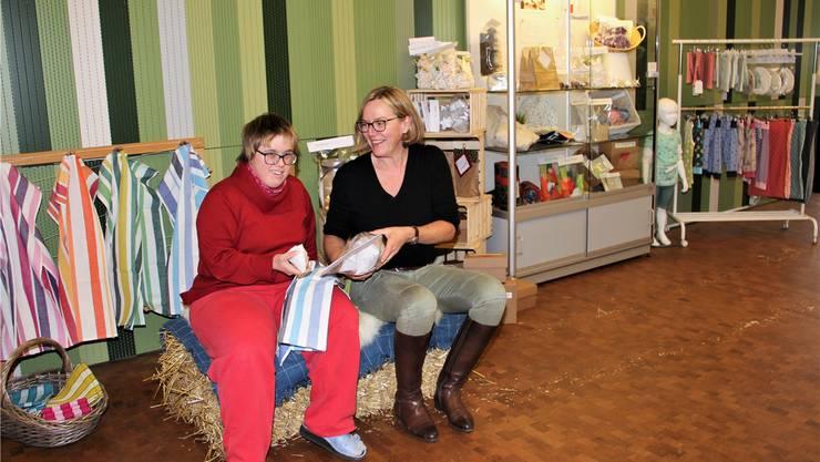 Jasmine Schweri (l.) und Karin Eigenheer halten Eigenprodukte in der Hand.