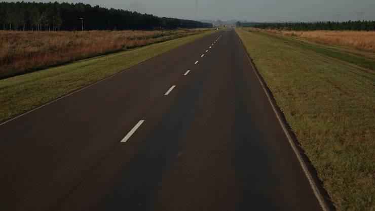 Auf der Ruta Nacional in Argentinien: Kurven sind unnötig, denn es gibt hier weder Berge, Flüsse noch Seen, die umfahren werden müssen.
