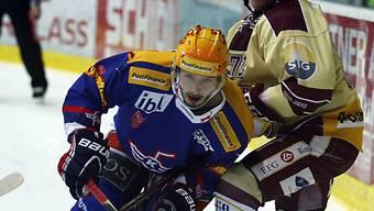 Klotens Denis Hollenstein (l.) zieht an Mathieu Carle vorbei.