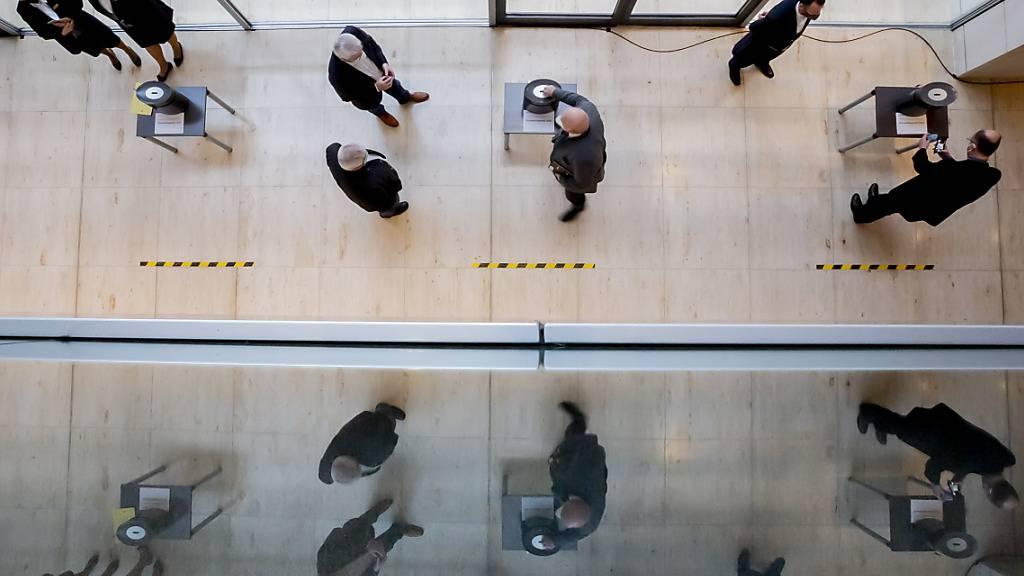 dpatopbilder - Ein Abgeordneter stimmt bei der namentlichen Schlussabstimmung über das Haushaltsgesetz 2021 im Bundestag ab. Foto: Christoph Soeder/dpa