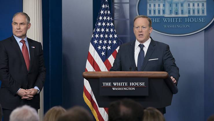 Der Sprecher von US-Präsident Trump, Sean Spicer (rechts), und der Chef der US-Umweltbehörde, Scott Pruitt (links) verteidigen den Entscheid der USA, das Klimaabkommen von Paris zu verlassen.