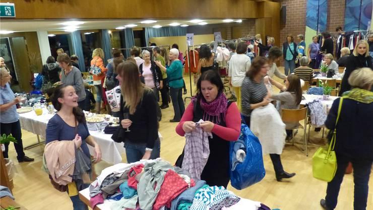 Über 130 Frauen nahmen an der ersten Frauenkleider-Tauschparty teil. ari