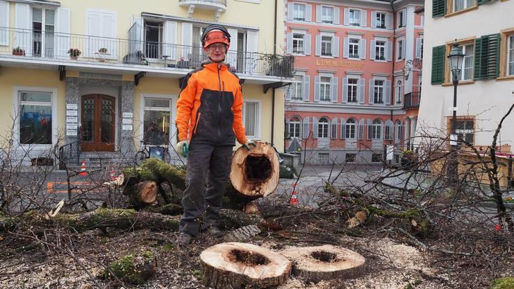 Die Winterlinde auf dem Badener Kurplatz war krank und musste der Thermalbad-Baustelle weichen. Der Baumspezialist Philipp Utiger fällte sie am Dienstagmorgen.
