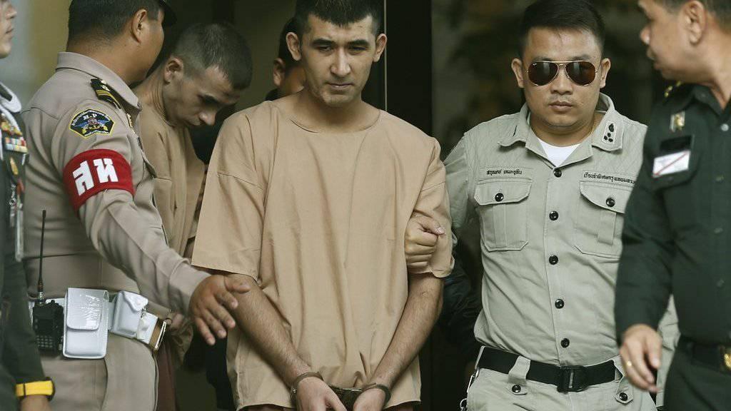 Die beiden Angeklagten - Chinesen und Angehörige der muslimischen Minderheit der Uiguren - werden in Bangkok vom Gefängnis zum Militärgericht überführt