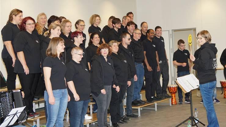 «Alle haben viel Freude an der Musik, aber oft sieht man es ihnen nicht an», sagt Chor-Leiterin Cécile Driutti. Das Smiley erinnert die Singenden ans Lächeln.