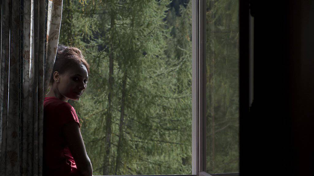Blickt sie in eine Zukunft in der Schweiz oder holt sie de Vergangenheit in Eritrea ein? Die 24-jährige Eritreerin Tsega steht im Oktober 2015 an einem Fenster der Herberge Giovanibosco in Bosco Gurin TI (Archiv).