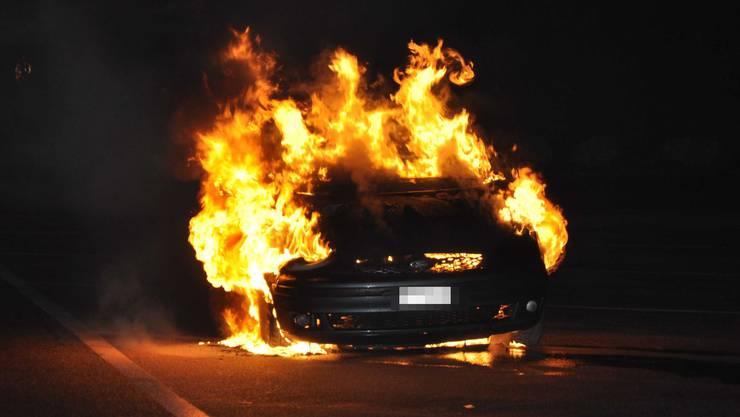 Durch das Feuer entstand an beiden Fahrzeugen Totalschaden. (Symbolbild)