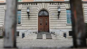 Die Kantonspolizei Zürich bleibt in Bezug auf das Spitzelwesen in vielen Fragen die Antworten schuldig. Der Kantonsrat dürfte in diesem Bereich aber wohl bald einmal mehr Transparenz einfordern.