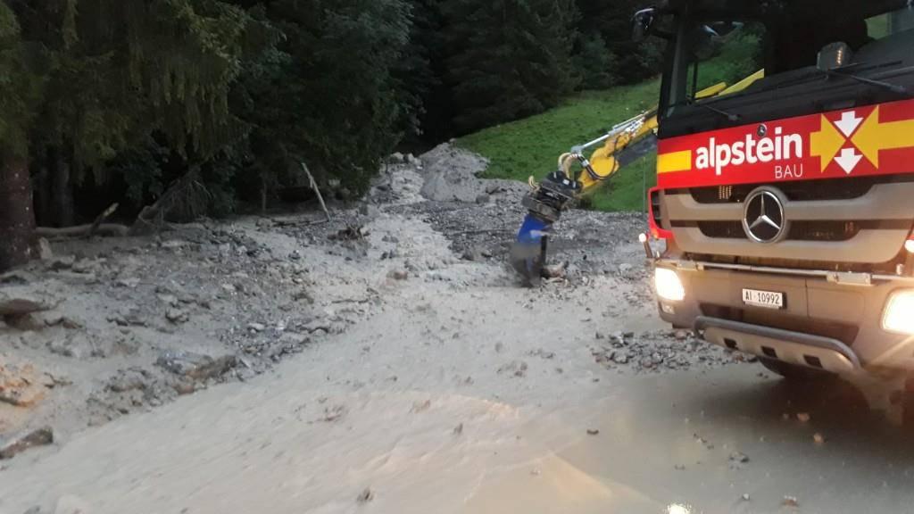 Bei der Ankunft am überschwemmten Bach bemerkte die Feuerwehr den abgegangenen Erdrutsch. (© Feuerwehr Schwende)