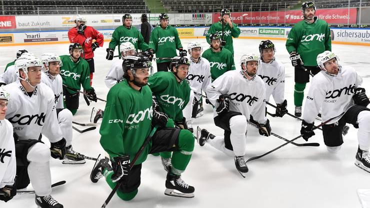 Die EHCO-Spieler lauschen im Training den Anweisungen von Trainer Fredrik Söderström.