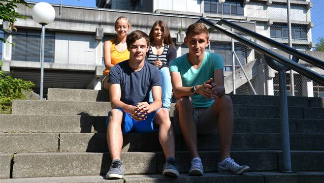 Annina Kurattli (links), Alyssa Müller, Luca Gysin (links) und Kaltrin Shabani blicken auf ihre Zeit am Untergymnasium zurück.