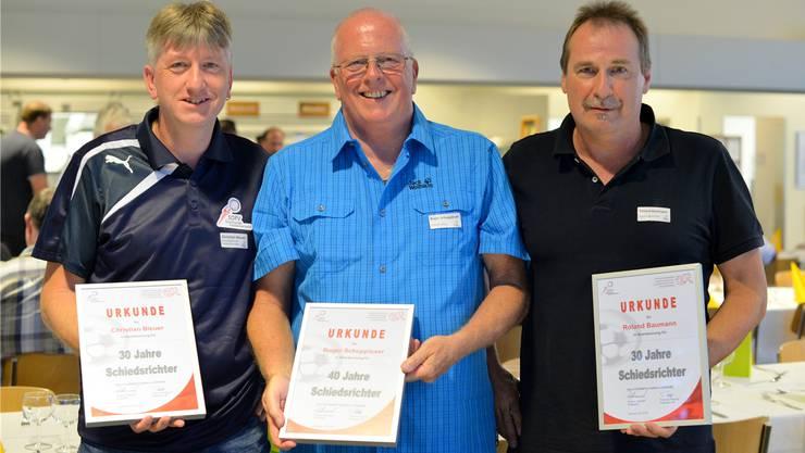Zusammen haben sie exakt 100 Jahre auf dem Buckel: Die geehrten Schiedsrichter Christian Bleuer, Roger Schuppisser und Roland Baumann (v.l.).