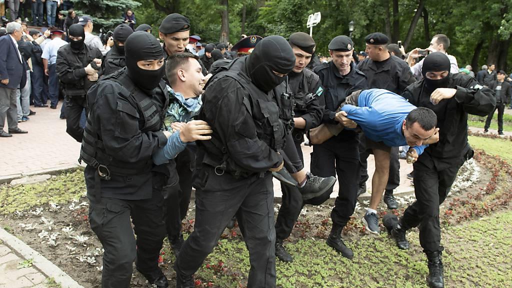 Am Montag wurden wie hier im Bild im Juni 2019 erneut zahlreiche Personen während einer regierungskritischen Demonstration in Kasachstan festgenommen. (Archivbild)
