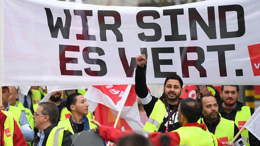 Flugverkehr lahmgelegt: Arbeitnehmende im öffentlichen Dienst haben am Dienstag in Deutschland mit Warnstreiks mehr Lohn gefordert.
