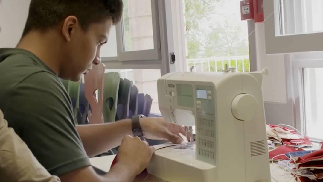 «Ich kann helfen, das Virus zu besiegen», sagte Flüchtling Hamidullah und setzte sich an die Nähmaschine
