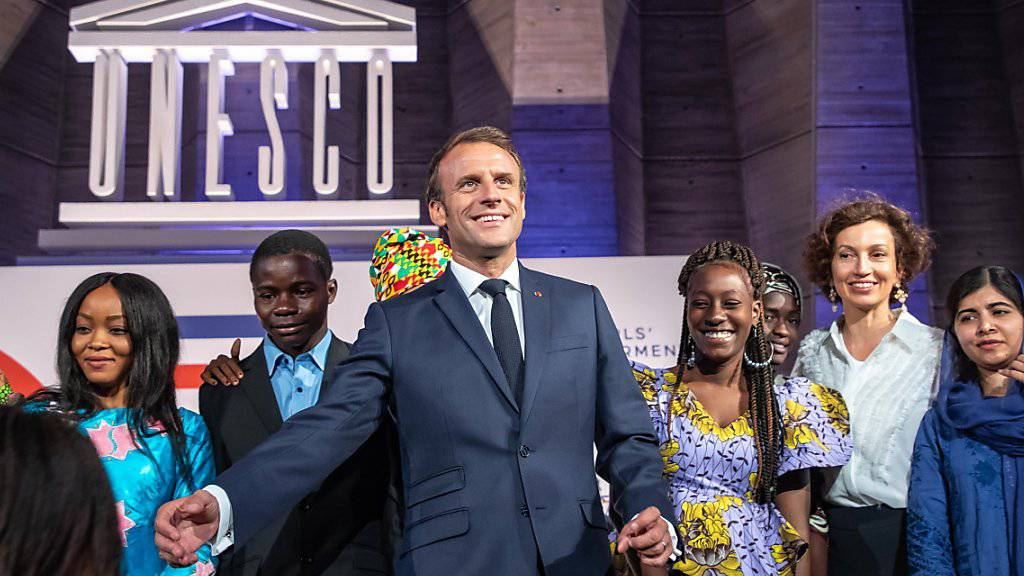 Bildung für Mädchen stand im Zentrum  der gemeinsamen Konferenz der Unesco mit den wichtigsten Wirtschaftsmächten (G7). Frankreichs Präsident Macron mit Friedensnobelpreisträgerin Malala Yousafzai (r) und Unesco- Generaldirektorin Audrey Azoulay (2-r).