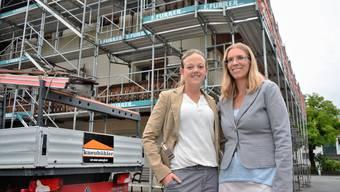 Noch ist das alte Gebäude in Kestenholz in Baugerüste eingepackt, bald schon eröffnet hier aber die neue Kita von Christine Zimmermann (l.) und Rita Hutter.