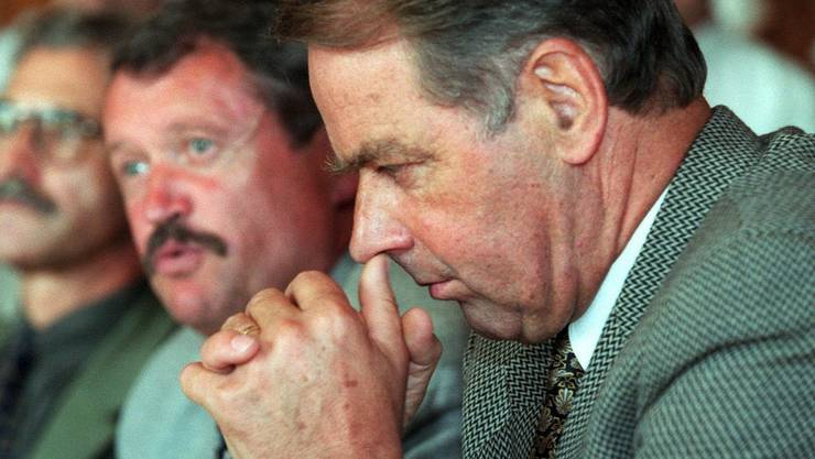 Getrübtes Verhältnis: Geheimdienstchef Peter Regli (l.) habe ihm nicht immer alles sagen wollen, was er wisse, hält alt Bundesrat Adolf Ogi fest. 1999 stellte Ogi Peter Regli frei.