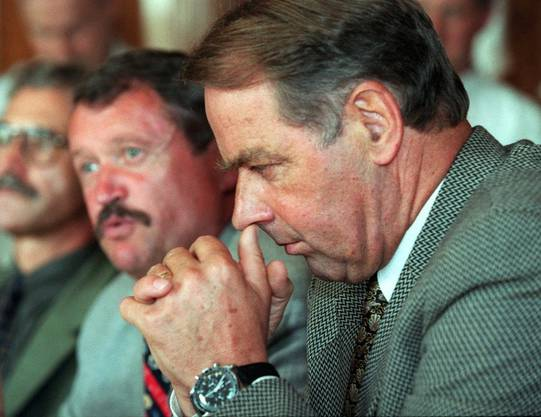 Nachrichtendienstchef Peter Regli 1999 mit seinem Chef, Bundesrat Adolf Ogi, der ihn nach der Affäre Bellasi freistellte.