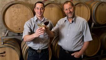 Robin Haug und sein Vater Hans-Heinrich Haug tischen der Familie heute eigenen Wein auf – zu einem feinen Fondue bourguignonne.