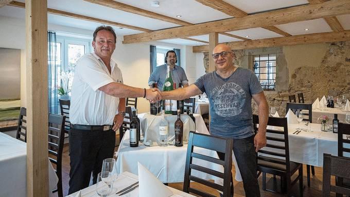 Die «Linde» im neuen Licht: Gemeindepräsident Thomas Blum (links) mit Domenico Sivo; im Hintergrund Armando Giannotti.