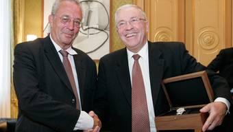 Handschlag vor zehn Jahren: Hanspeter Lebrument gratuliert Christoph Blocher zur Ernennung zum «Bündner des Jahres».