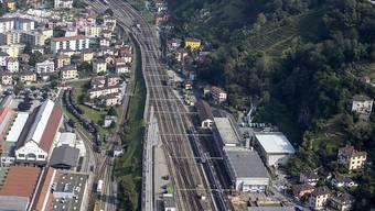 Für sein Gepäck riskierte ein Reisender am Montag am Bahnhof Bellinzona Kopf und Kragen. Er verbrachte die vierminütige Fahrt zur nächsten Haltestelle festgeklammert am Äusseren des Waggons. Seine Koffer hatte er im Inneren des Zuges vergessen.